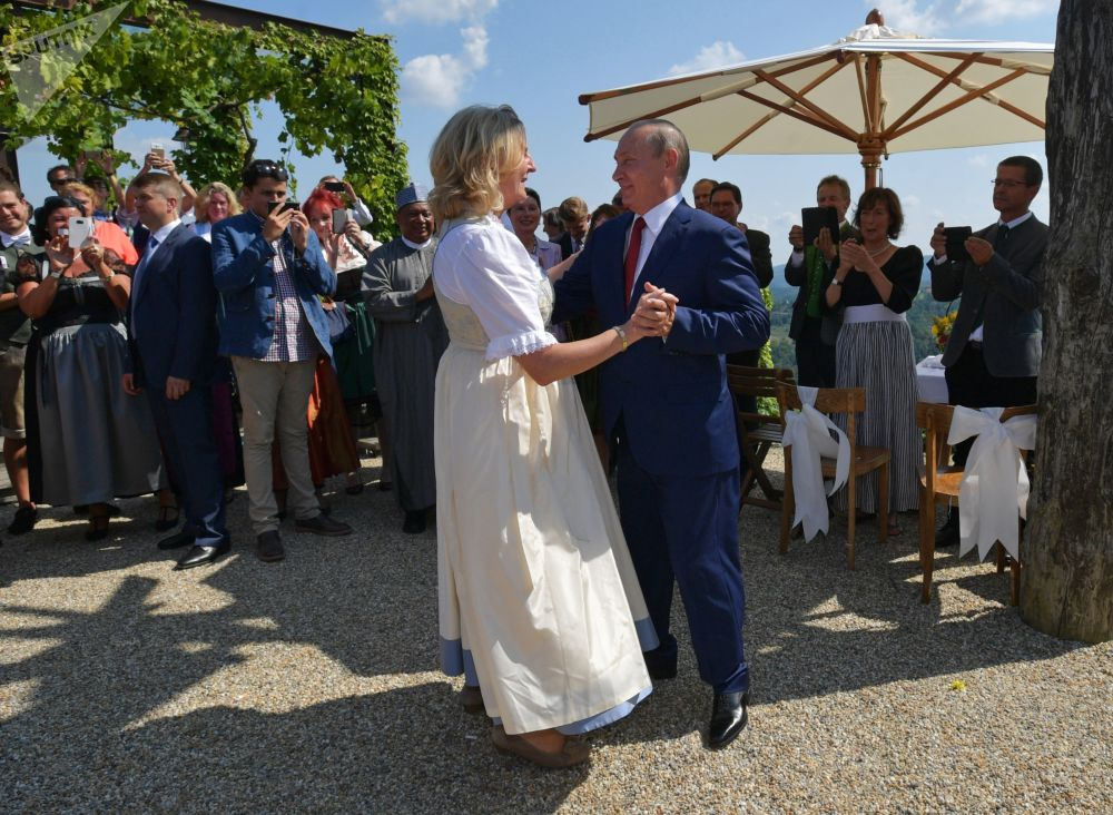 Vladimir Putin na svatbě rakouské ministryně zahraničí