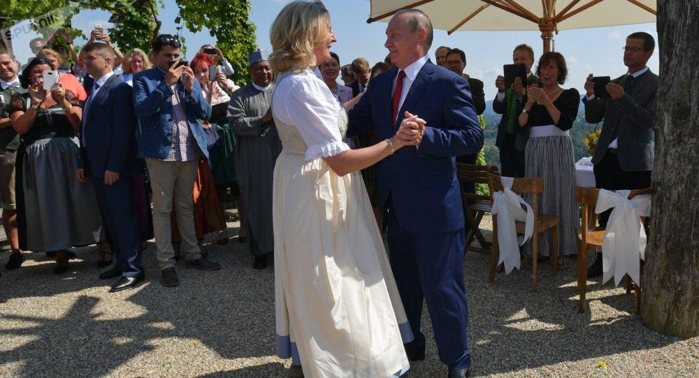 Президент России Владимир Путин танцует с министром иностранных дел Австрии Карин Кнайсль на ее свадьбе с финансистом Вольфгангом Майлингером