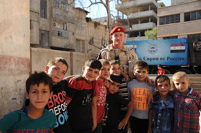 Syrské děti se fotí s ruským vojákem
