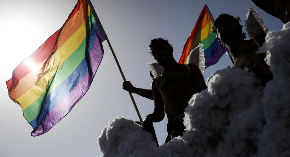 Účastníci pochodu LGBT v Španělsku