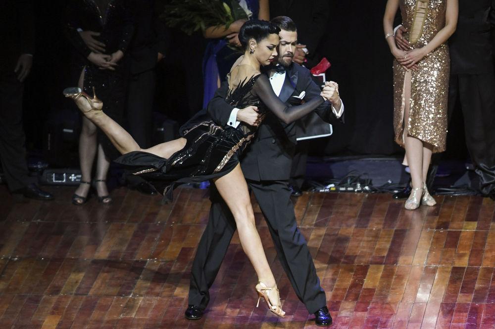 Ruský pár Dmitrij Vasin a Sagdiana Hamzina po vítězství na MS v tangu v Argentině.