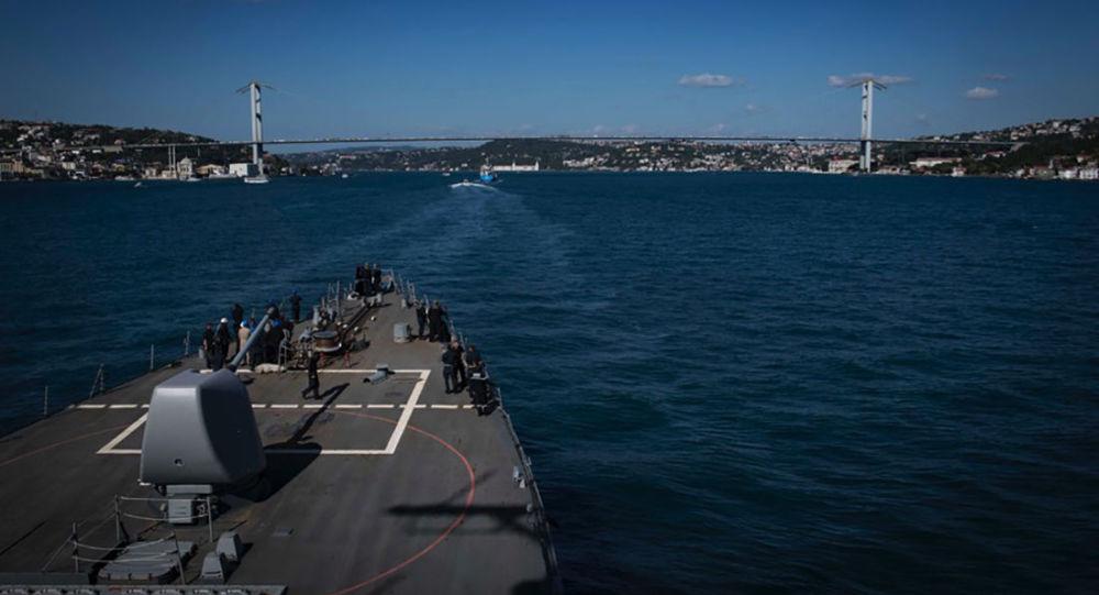 Americký torpédoborec USS Carney v Černém moři