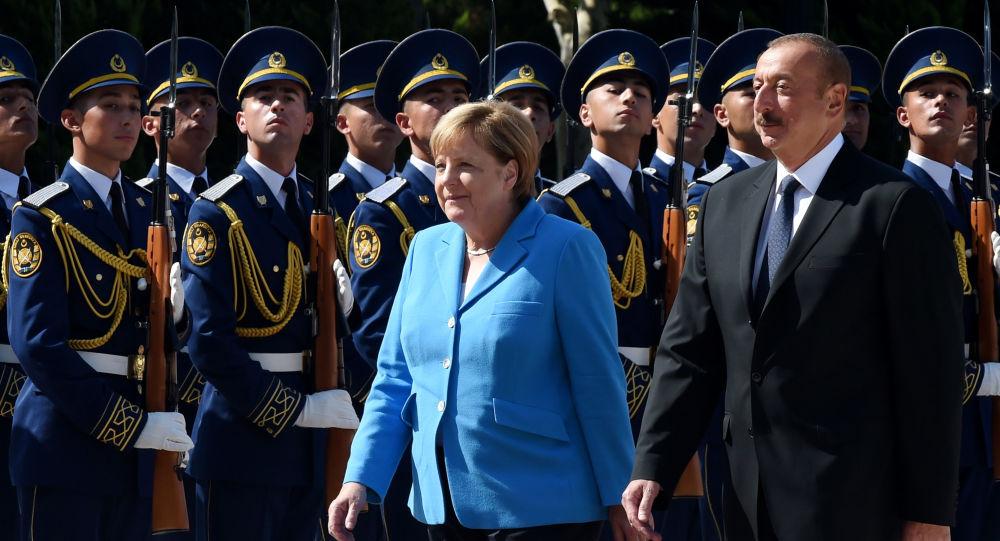 Angela Merkelová a зrezident Ázerbájdžánu Ilham Alijev.