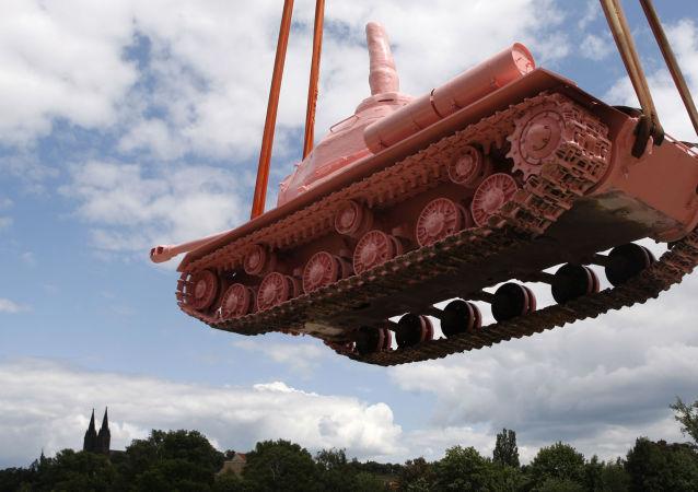 Růžový tank výtvarníka Davida Černého