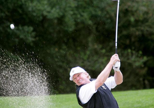 Americký prezident Donald Trump hraje golf