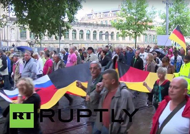 Protestní akce účastníků PEGIDA proti migrantům v Drážďanech