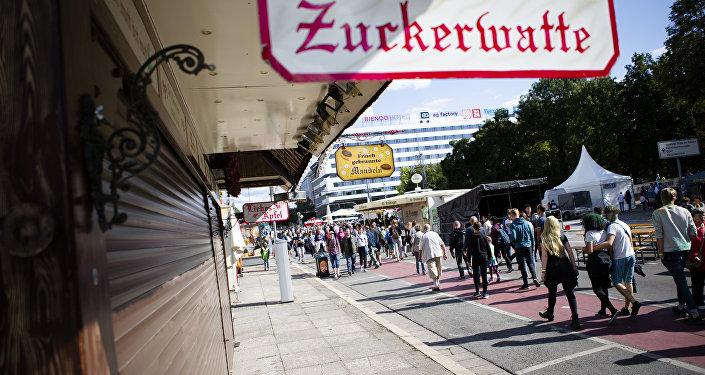 Lidé procházejí místem v Chemnitzu, kde byl 26. srpna zabit muž