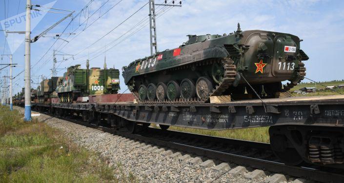 Čínská technika při přesunu na cvičení Vostok 2018