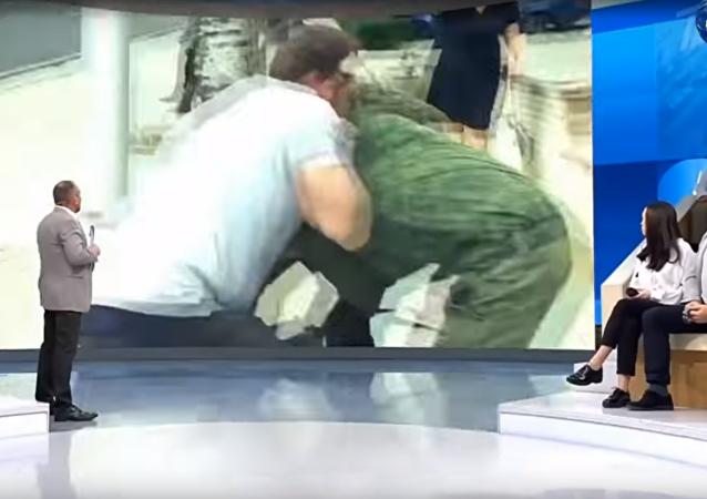 Ruského vojenského zpravodaje napadli v přímém přenosu
