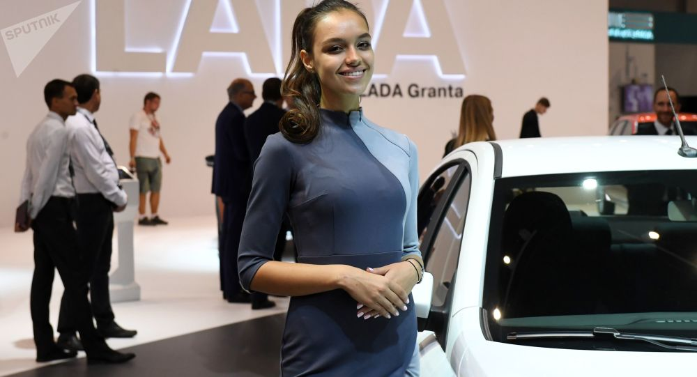 Modelka na stánku AvtoVazu
