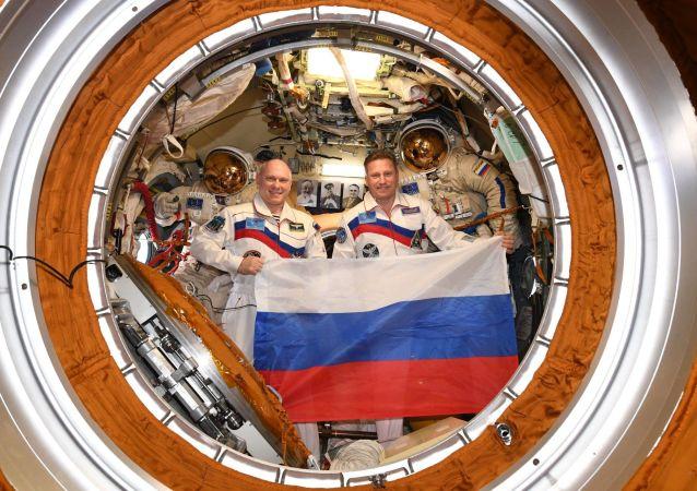 Ruští kosmonauti Oleg Artěmjev a Sergej Prokopjev