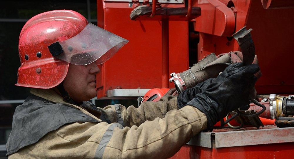 Video: Hanba hasičů. Vůz se převrátil během demonstrační show