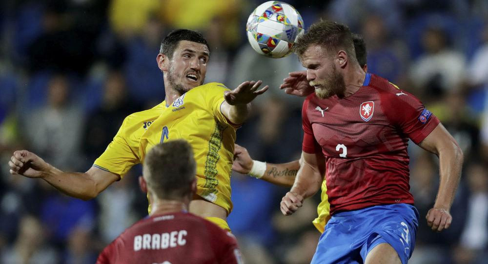 Tomáš Kalas v souboji s ukrajinským hráčem při zápase v Uherském Hradišti