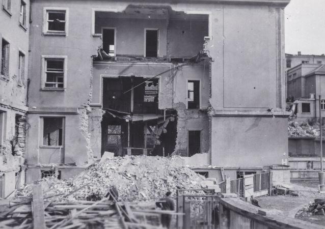 Budova Emauzského kláštera zničená po americkém leteckém náletu na Prahu v únoru 1945