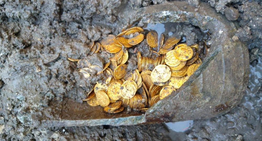 U Comského jezera v Itálii našli zlaté mince staré více než 1,5 tisíce let