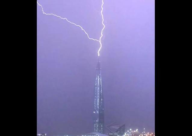 Věž Mordoru. Očití svědci natočili na VIDEO, jak blesk udeřil do nejvyšší budovy v Evropě