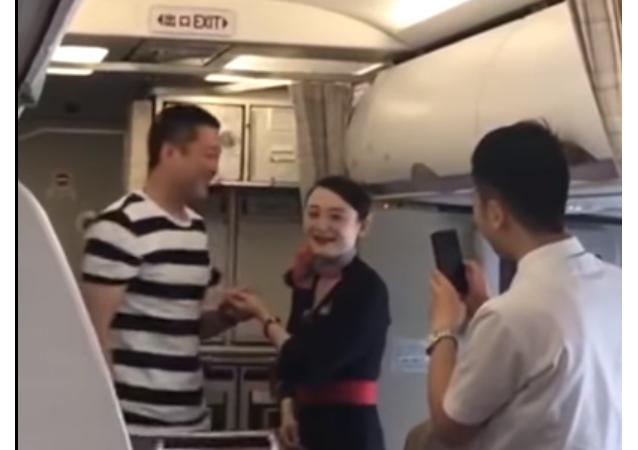 Čínská letuška přišla o práci kvůli nabídce uzavřít manželství