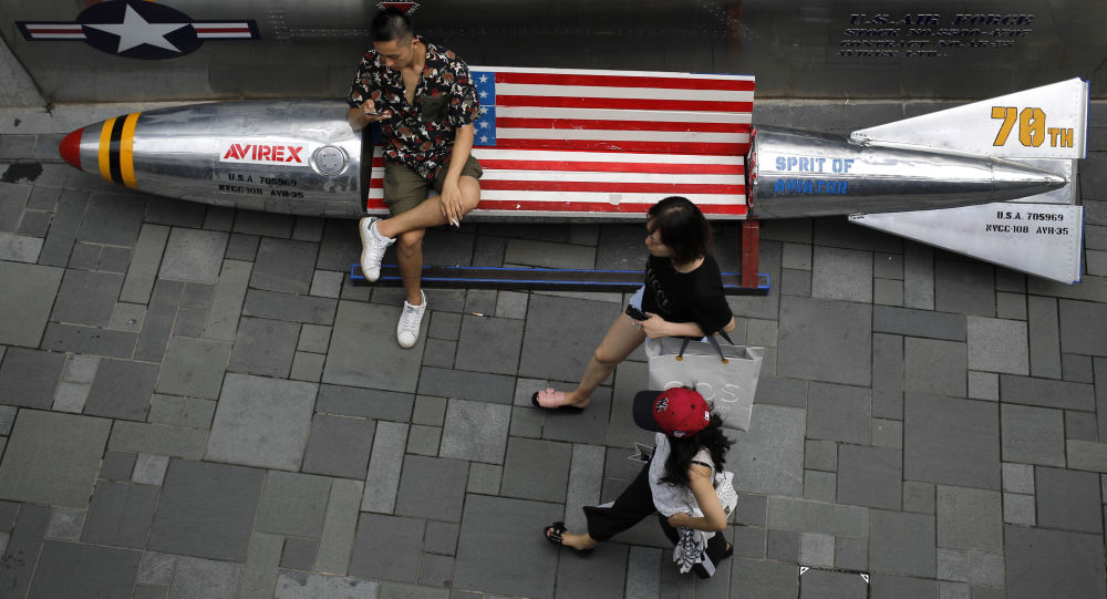 Lavice ve tvaru bomby s vlajkou USA v obchodním centru v Pekingu