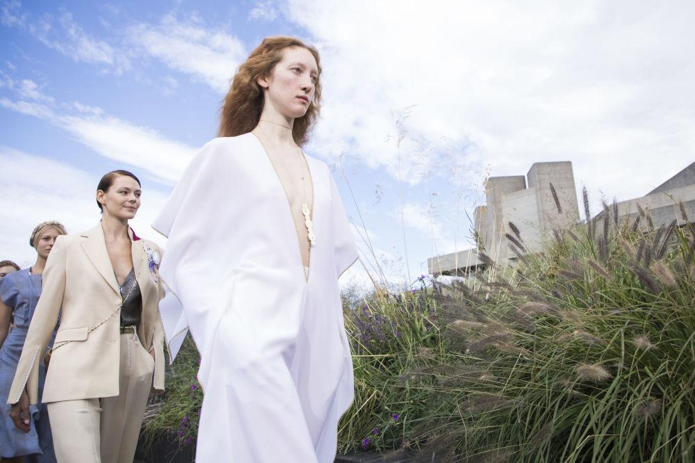 Drzé a vyzývavé šaty na týdnu módy v Londýně