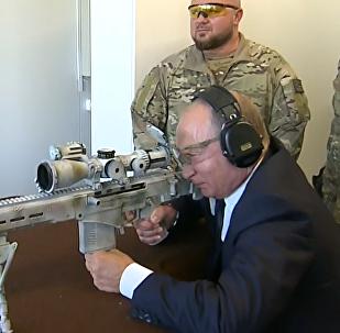 Střelba Putina z nové ostřelovací zbraně se dostala na video