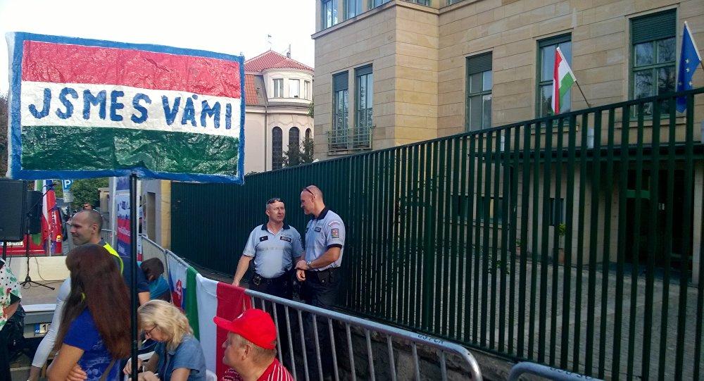 Demonstrace před Maďarským velvyslanectvím v Praze