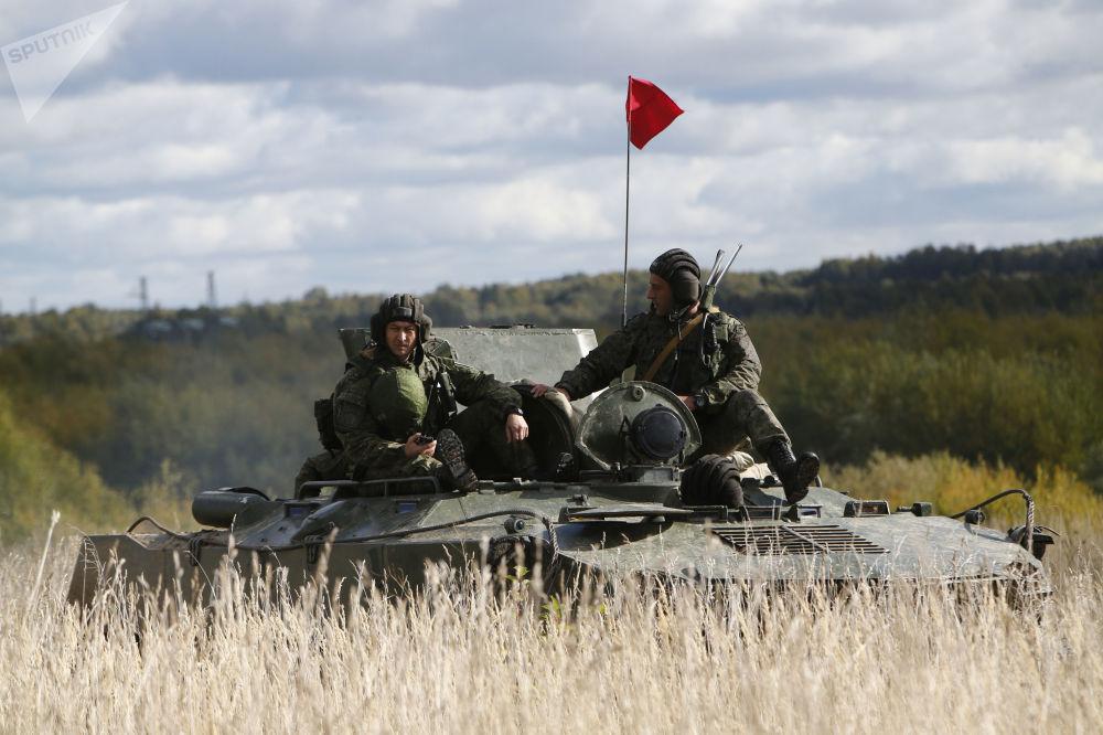 2 tisíce výsadkářů přeplouvá řeku. Ruská taktická vojenská cvičení s výsadkem