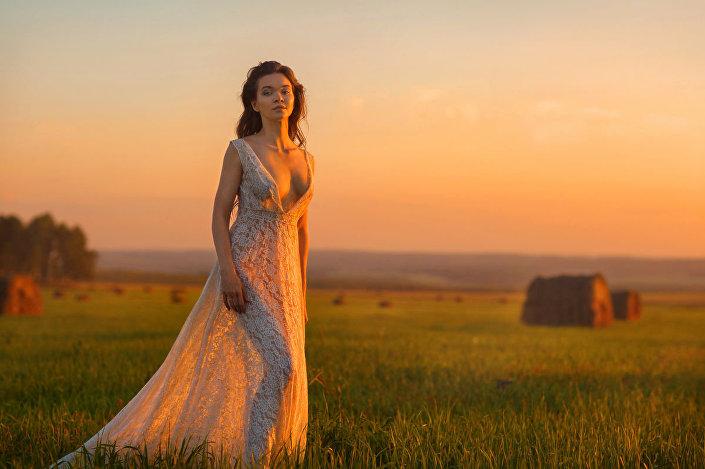 Sibiřská kráska na pozadí venkovské přírody