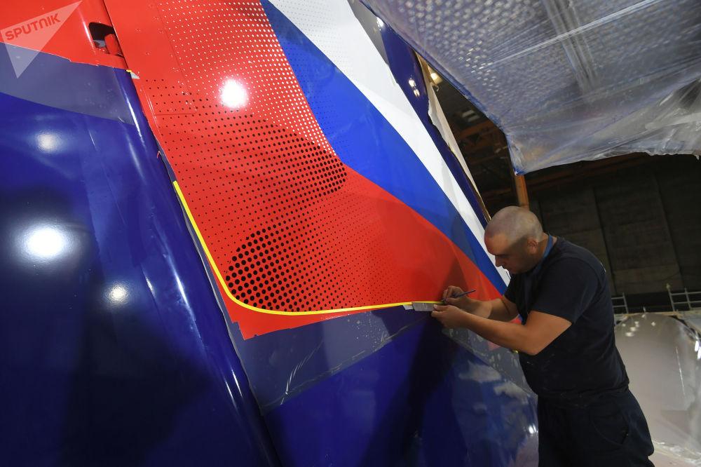 Ruční malba Superjetu 100 v Aeroflotu