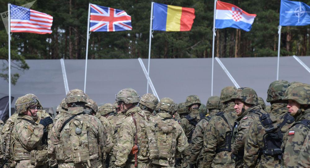 Ceremoniál uvítání vícenárodnostního praporu NATO pod vedením USA v polském Ořiši