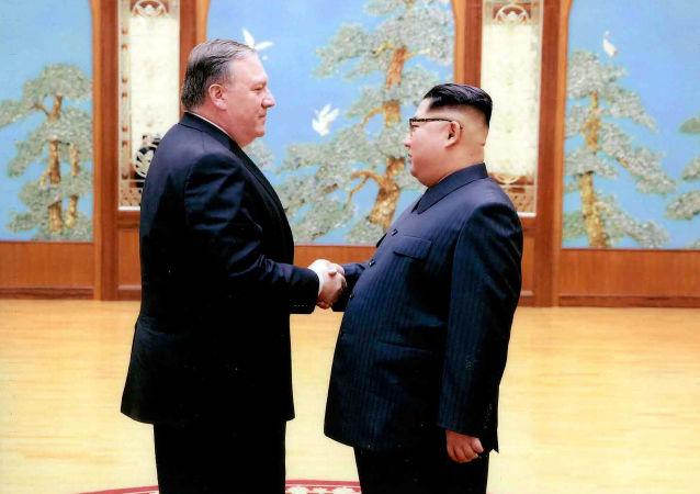Vůdce KLDR Kim Čong-un a americký ministr zahraničí Mike Pompeo