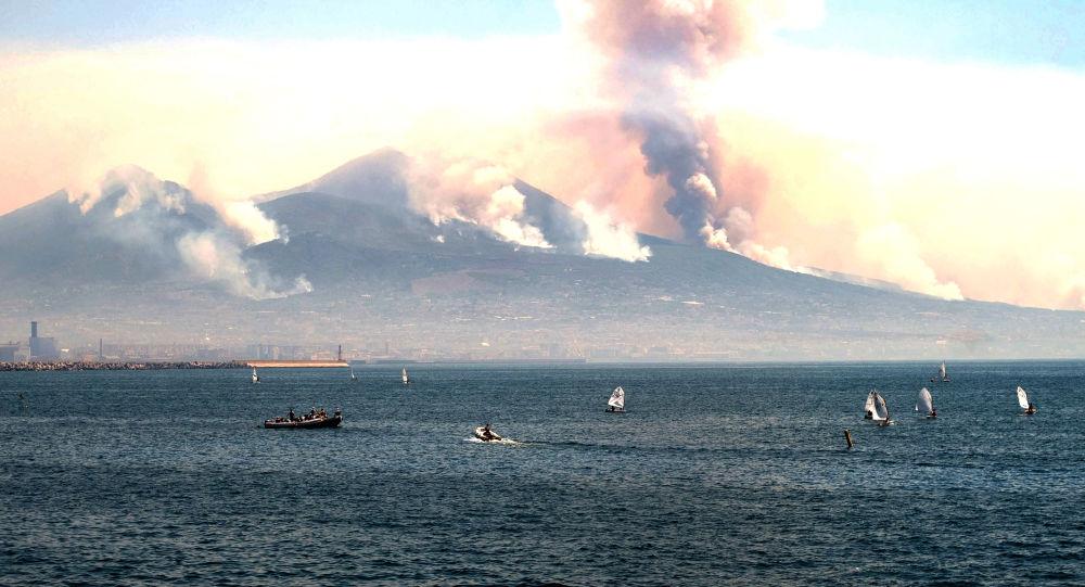 Dým z požárů na Vesuvu. Ilustrační foto