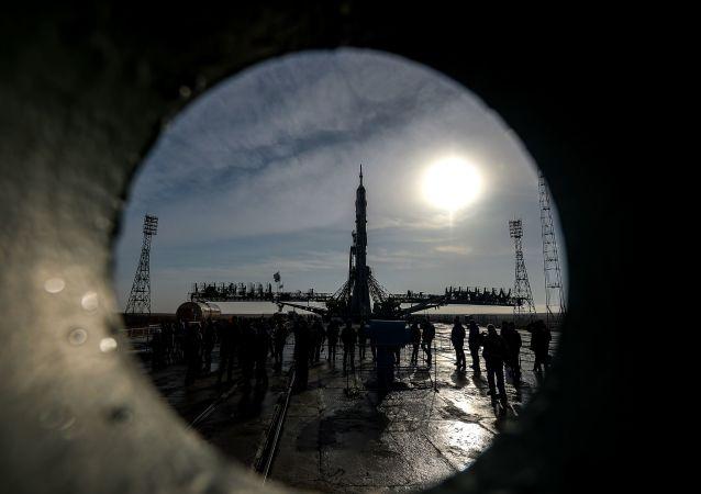 Nosná raketa s lodí Sojuz MS-08. Ilustrační foto