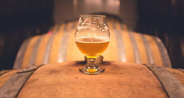 Pivní sklenice na sudu. Ilustrační foto