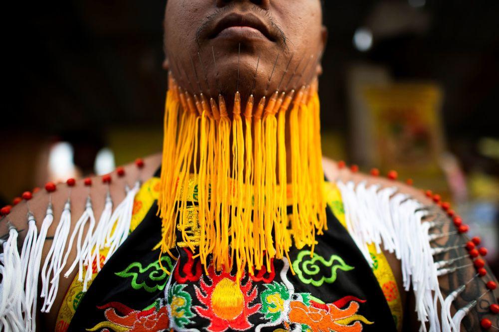 Účastník každoročního Vegetariánského festivalu v Thajsku, který se koná v Phuketu od 12. do 20. října.