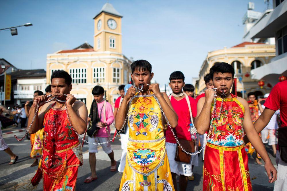 Příznivci svatyně Loem Hu Thai Su, kteří jdou festivalovým průvodem.