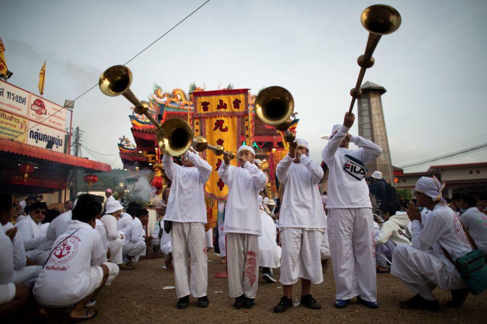 Účastníci Vegetariánského festivalu s hudebními nástroji.