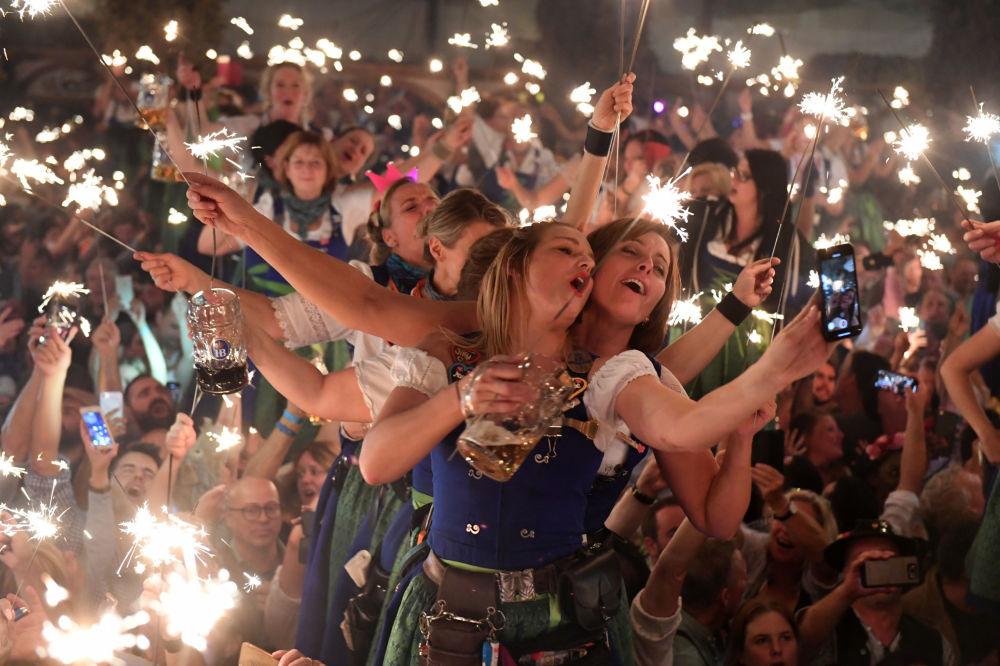 Návštěvníci slaví poslední den pivního festivalu Oktoberfest v Mnichově.