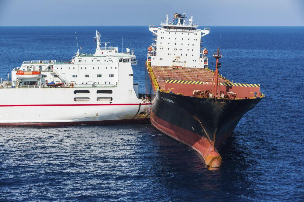 Kolize tuniské (vlevo) a kyperské (vpravo) lodi ve Středozemním moři nedaleko Korsiky.
