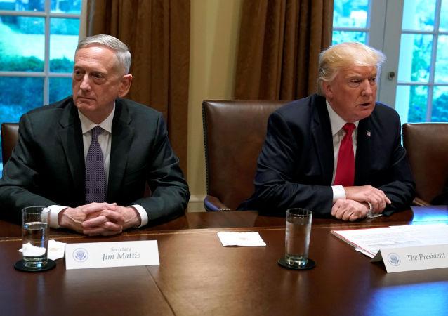 Americký prezident Donald Trump a ministr obrany James Mattis
