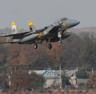 Stíhačka USA F-15 během cvičení s Ukrajinou