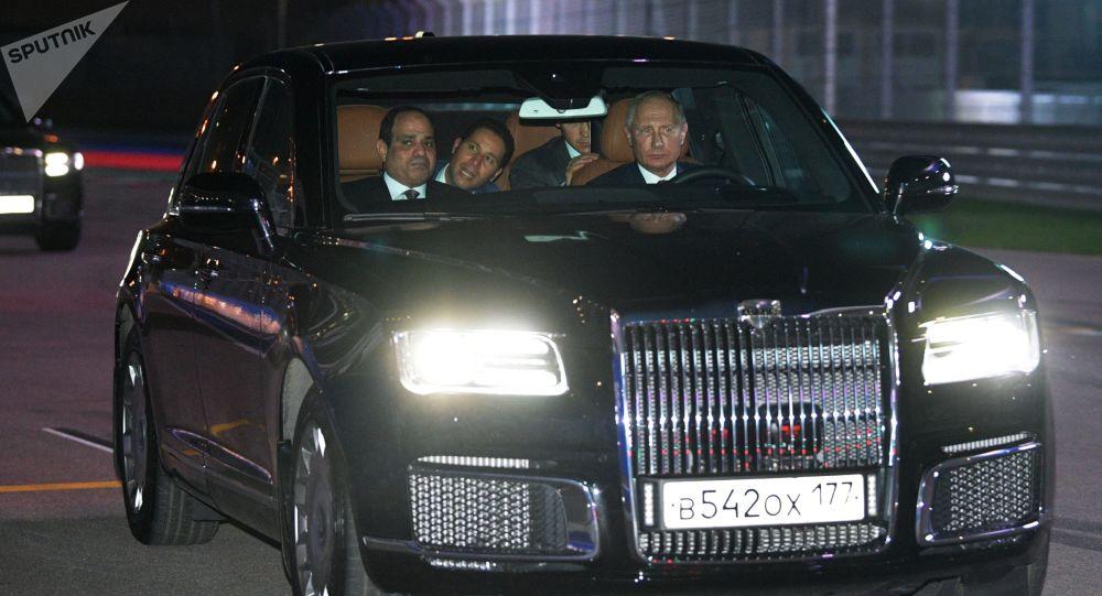 Ruský prezident Vladimir Putin a prezident Egyptské arabské republiky Abdel Fattah al-Sisi v autě Aurus