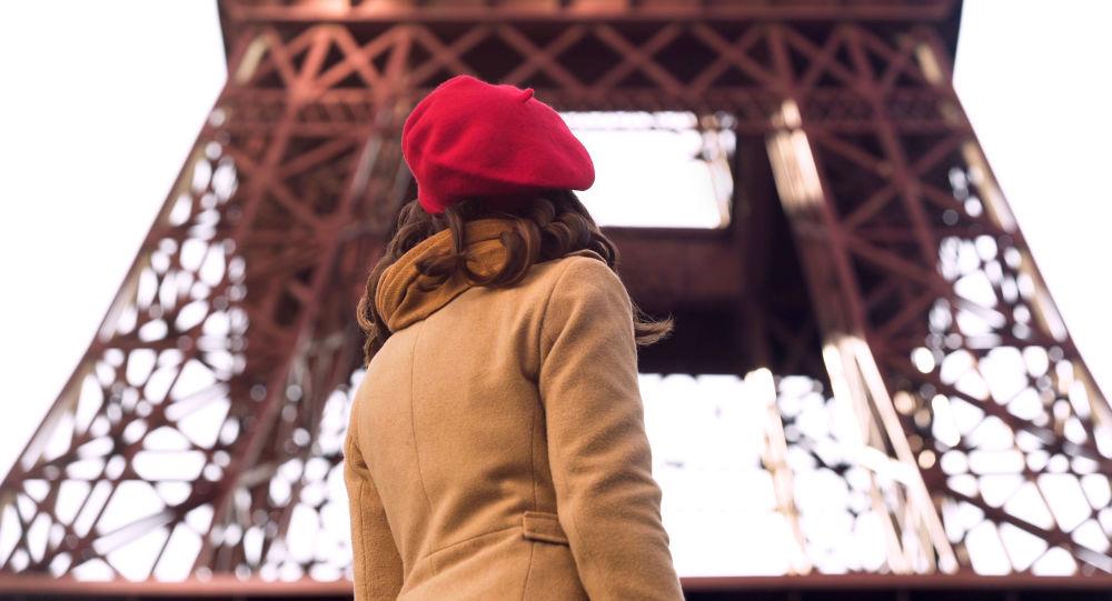 Dívka na pozadí Eiffelovy věže