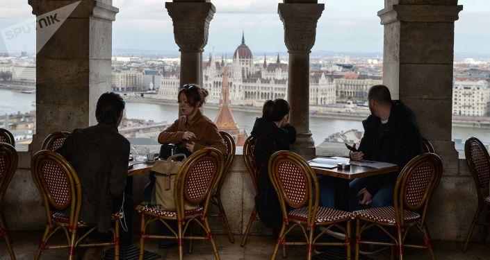 Lidé odpočívají v kávarně v Budapešti
