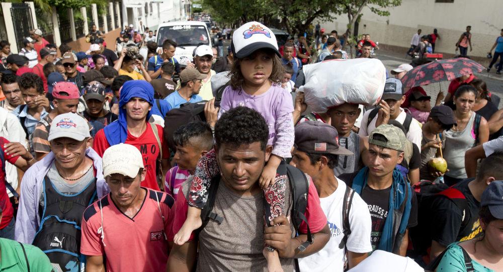Migranti z Hondurasu na cestě do USA