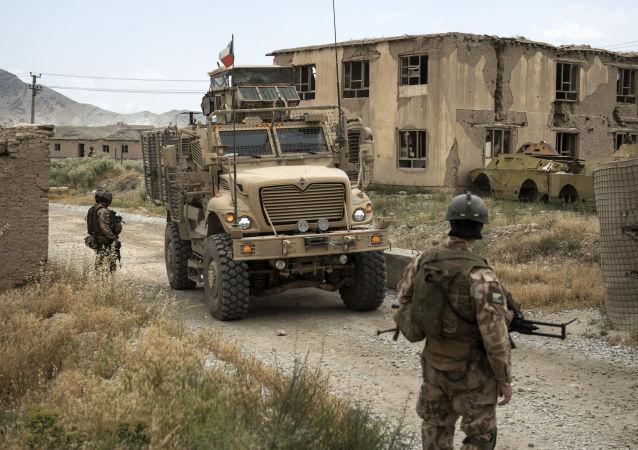 Čeští vojáci hlídkují v Afghánistánu.