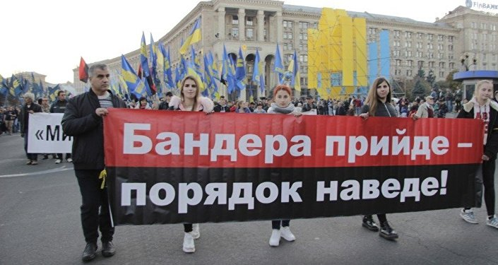 Mládež v čele jedné části pochodu nese transparent s nápisem Bandera příjde - pořádek zavede
