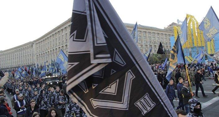 Vlajka evokující svým zpracováním nacistické zástavy