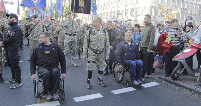 V čele pochodu šli vojenští invalidní veteráni ze zóny ATO. Byli na čele nacionalistické vojensky uniformované skupiny s vlajkami strany Svoboda