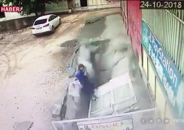 V tureckém Diyarbakiru se dvě ženy doslova propadly do podzemí