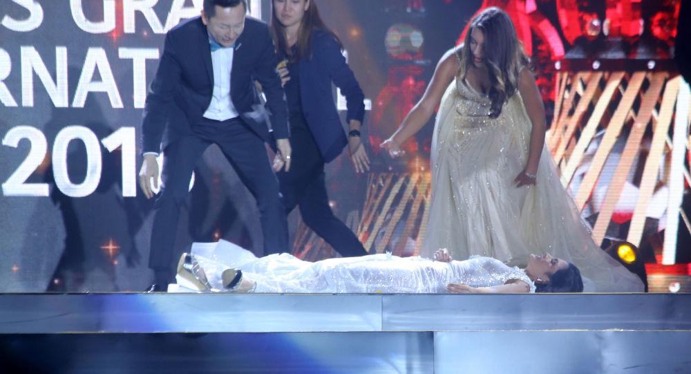 Vítězka soutěže krásy  Miss Grand International omdlela na jevišti po oznámení jejího vítězství